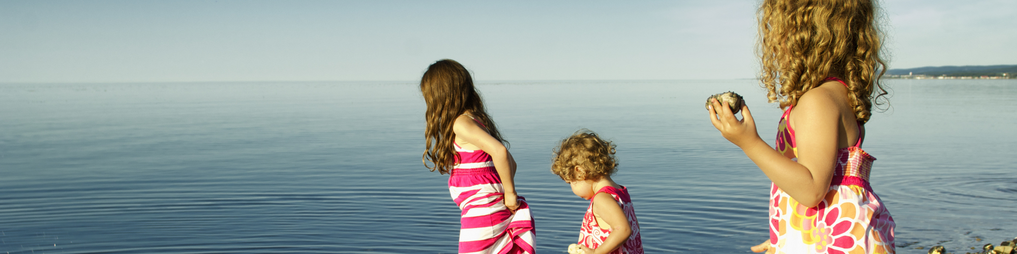 Enfants jouant dans l'eau, bord de mer