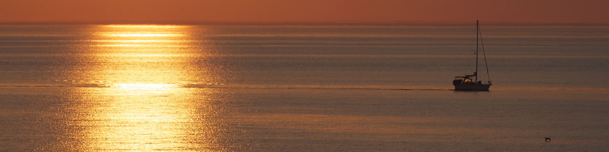 Voilier en mer, coucher de soleil