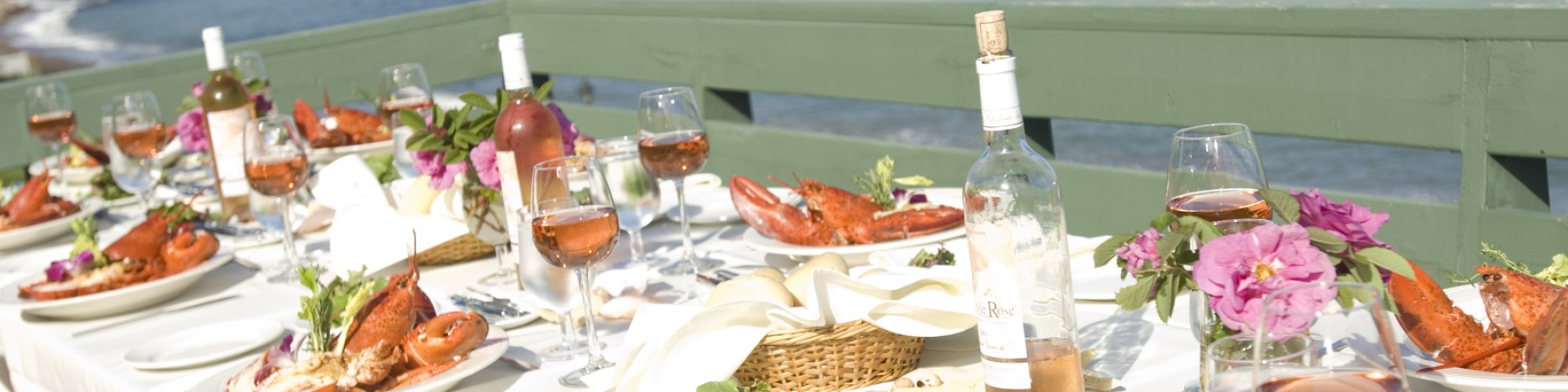 Lobster meal on a terrace, view of the sea and Percé Rock