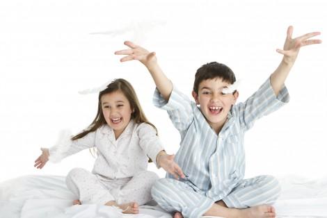 Enfants assis sur un lit