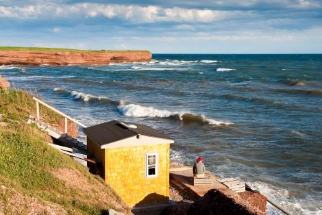 Petite maison jaune, bord de mer