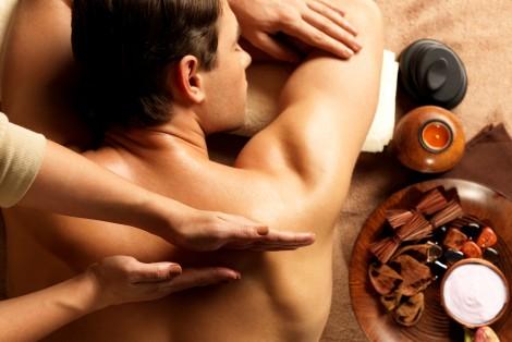 Homme recevant un massage