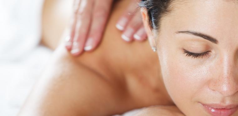 Femme qui reçoit un massage