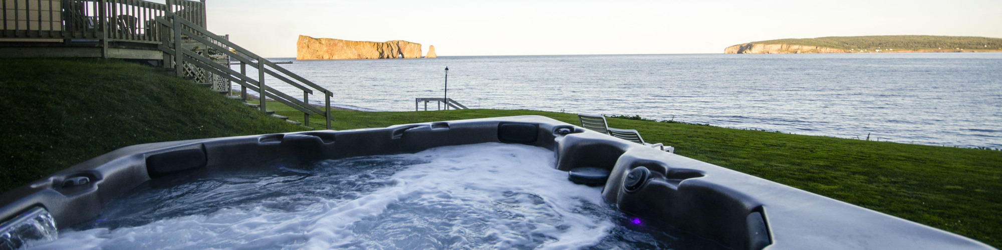 Hot tub, view of the sea and Percé Rock