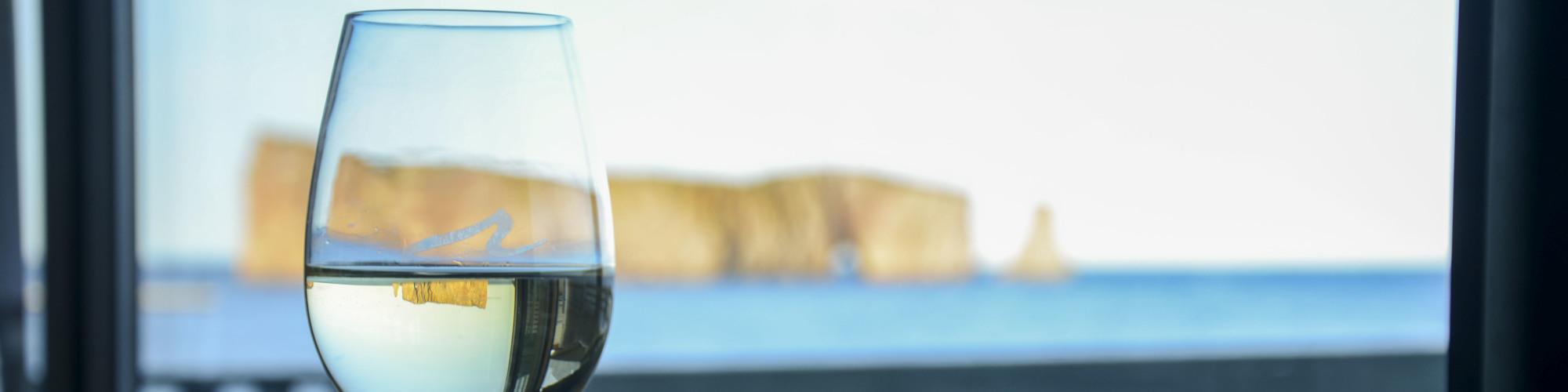 Verre de vin, bord de mer, Rocher percé, Riôtel