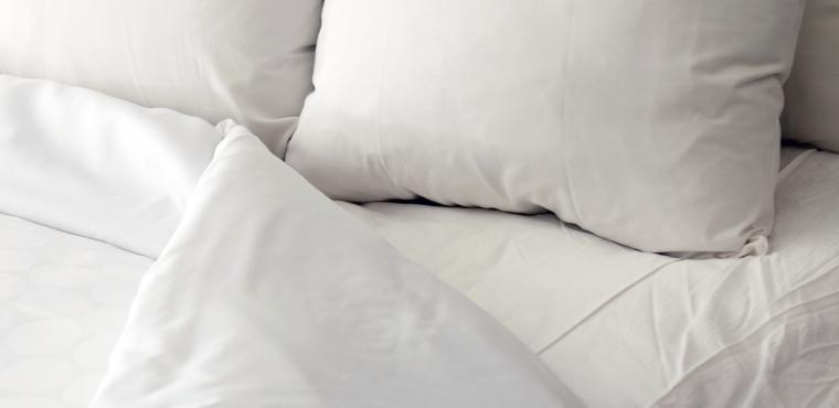 Lit blanc, oreillers et couette