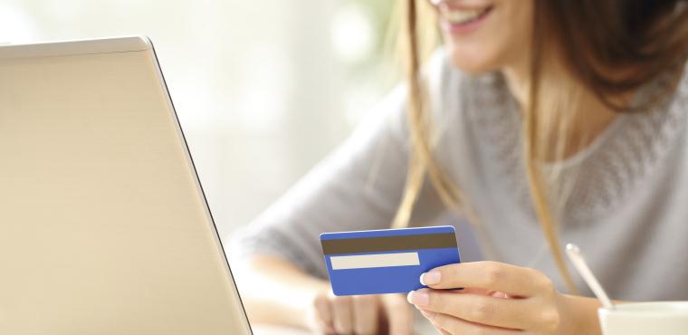 Femme faisant un paiement en ligne à l'aide d'un ordinateur portable