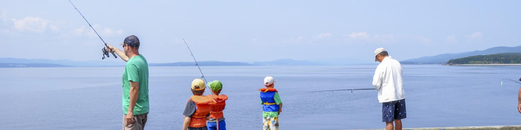Personne sur un quai, en train de pêcher