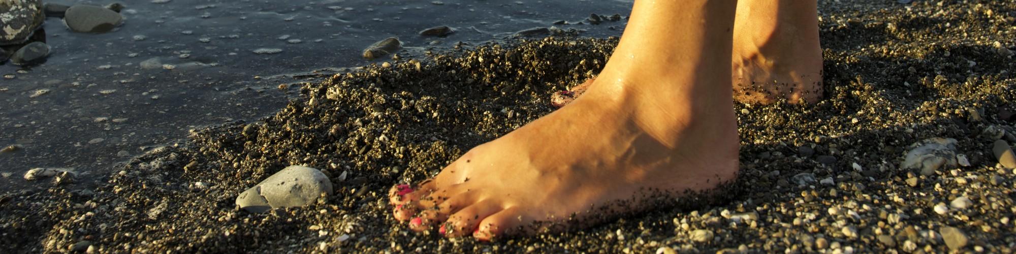 Pieds nus sur la plage, jeune garçon faisant du kayak de mer
