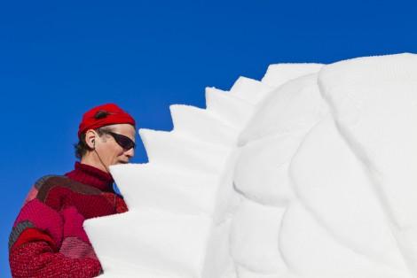 Homme faisant une sculpture sur neige