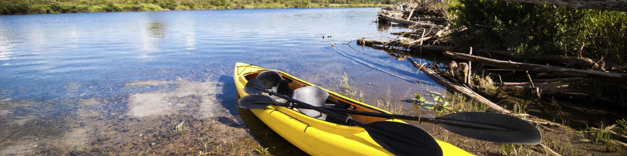 Kayak sur le bord d'une rivière