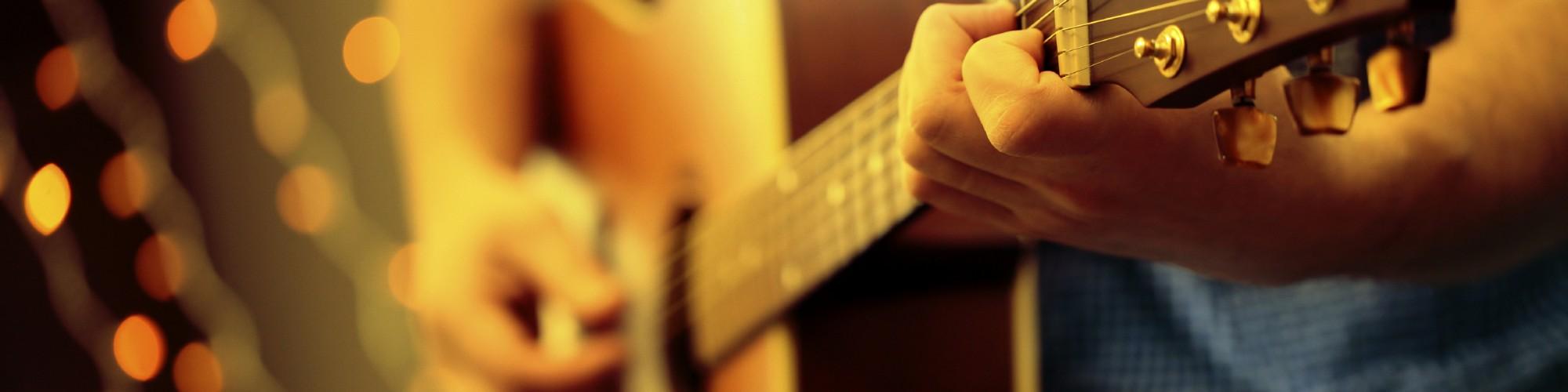 Homme jouant de la guitare, événement, soirée