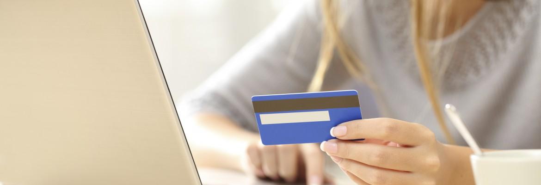 Femme effectuant un paiement en ligne sur son ordinateur portable