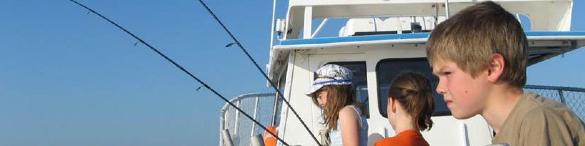 Enfants qui pêchent sur un bateau